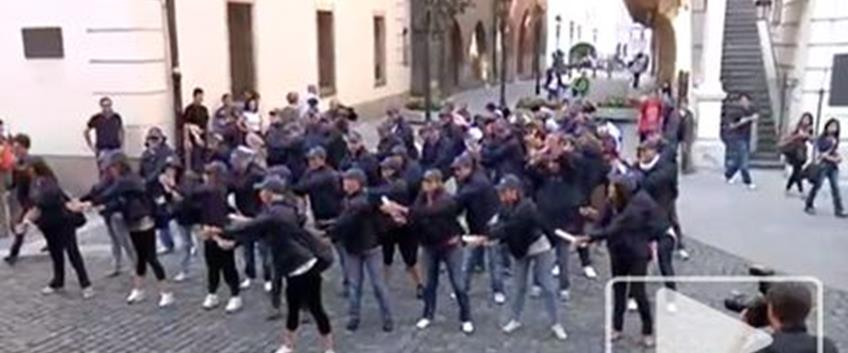 Flash mob o team building?